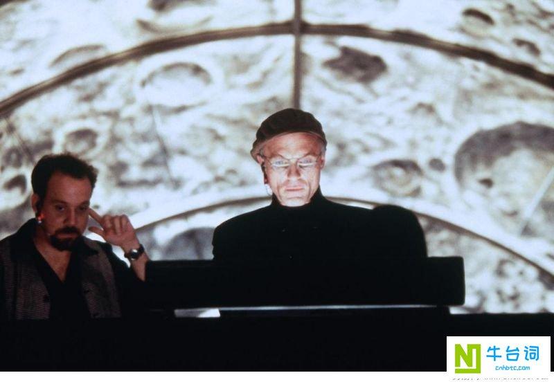 《楚门的世界》是派拉蒙影业公司于1998年出品的一部电影。由彼得·威尔执导,金·凯瑞、劳拉·琳妮、诺亚·艾默里奇、艾德·哈里斯等联袂主演。该片于1998年6月1日在美国上映。 影片讲述了楚门是一档热门肥皂剧的主人公,他身边的所有事情都是虚假的,他的亲人和朋友全都是演员,但他本人对此一无所知。最终楚门不惜一切代价走出了这个虚拟的世界 [1]  。 1999年,该片获得了第71届奥斯卡最佳原创剧本奖提名;金·凯瑞凭借此片获得了第56届美国金球奖最佳男主角奖 [2]  。